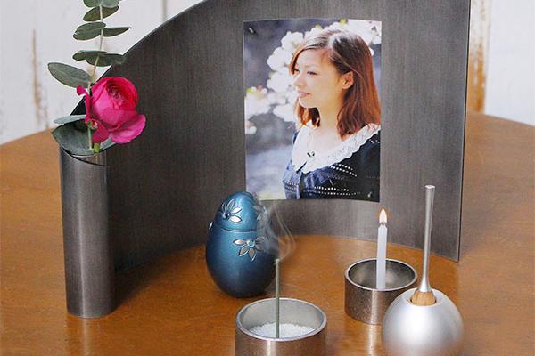 写真立てと仏具がセットになったおしゃれなミニ仏壇アリーナセット。手元供養に人気のおりんとミニ骨壷もセット。