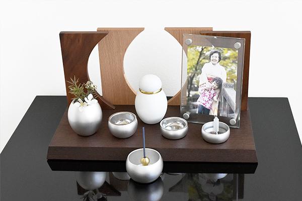 おしゃれなミニ仏壇やわらぎは、仏具などをかわいく飾ることができるステージタイプのミニ仏壇です。