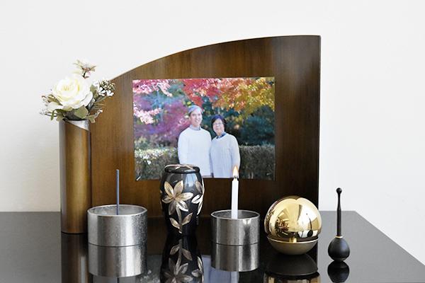 おしゃれなミニ仏壇アリーナは、写真を貼ることができ、仏具もセットになったお得なミニ仏壇です。
