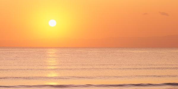 日が暮れかかる海の画像